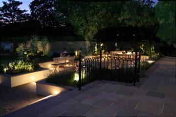 Trang trí khu vườn trở lên lung linh bằng những mẫu đèn trang trí sân vườn